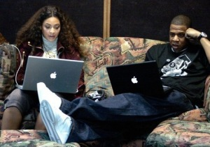 jay-z-and-Beyonce-using-their-Apple-Mac-Laptops